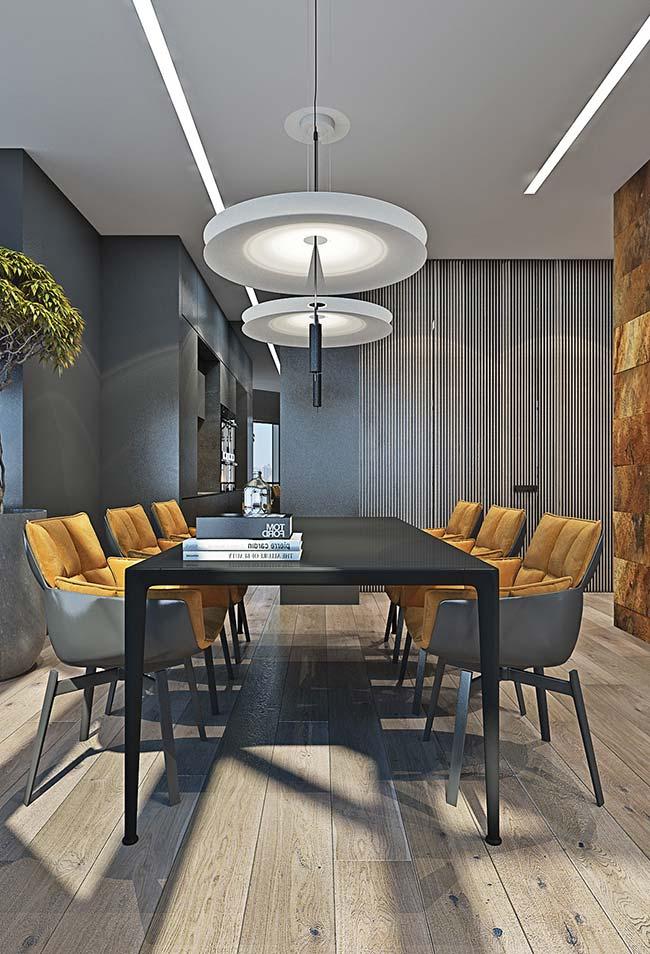 Cadeiras estofadas deixam a sala de jantar ainda mais confortável