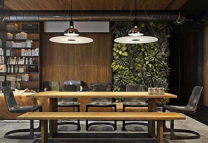 Banco de madeira na sala de jantar