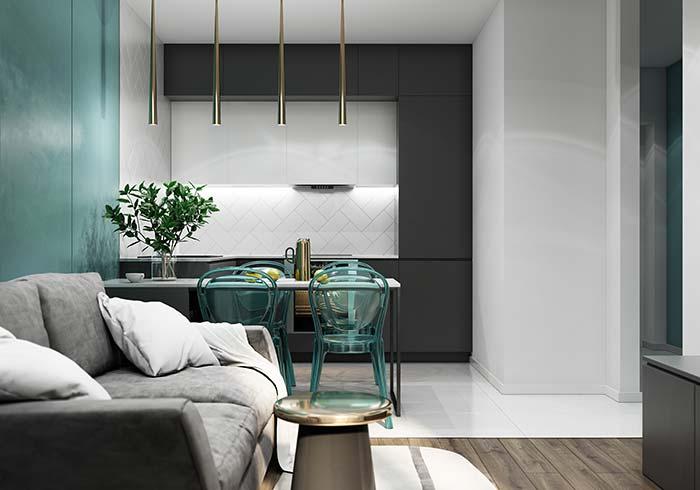 Salas de jantar: cadeiras de acrílico no mesmo tom da parede