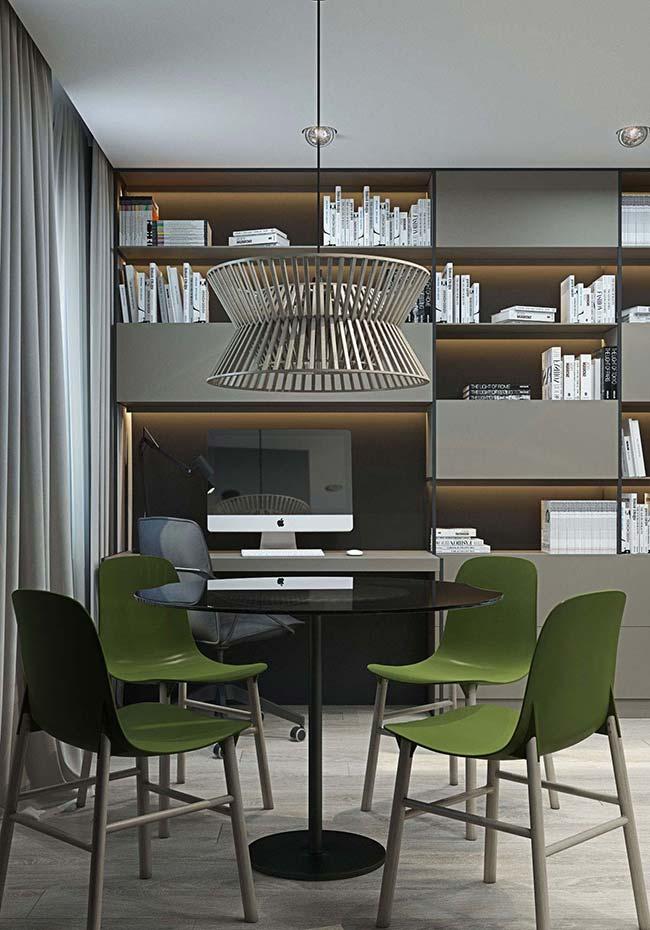 Sala de jantar com mesa simples e discreta