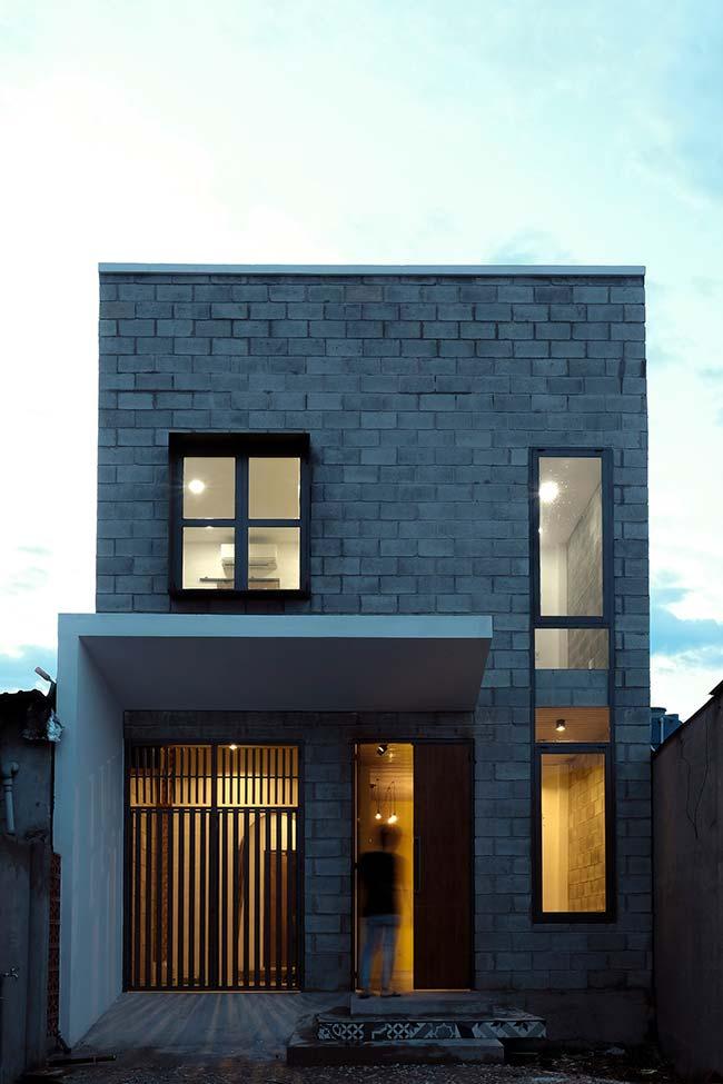 Casa barata simples com dois andares e telhado embutido