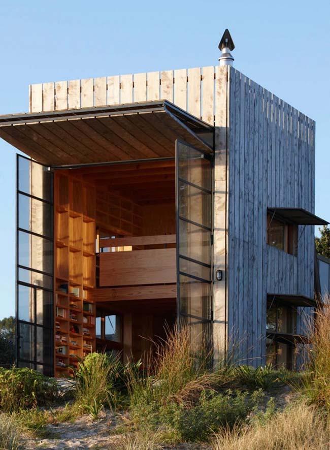 Construção de madeira com pé-direito alto abriga todos os ambientes em um único espeço