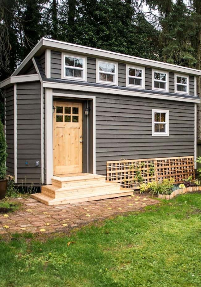 Casas baratas: janelinhas de vidro são o destaque dessa casinha pequena e muito simples