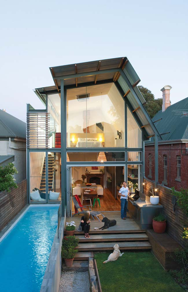 E quem disse que não dá para ter uma piscina só porque a casa é simples, pequena e barata