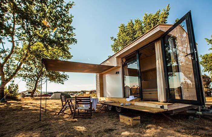 Casa de madeira com portas de vidro: o máximo da praticidade e economia em único projeto