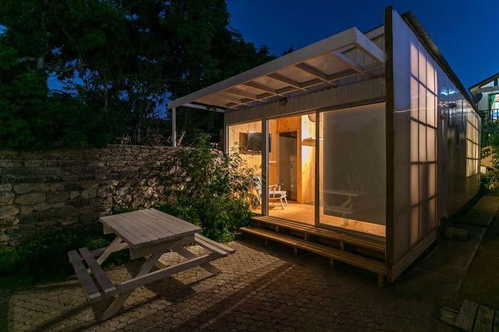 Casas baratas: elementos naturais, como pedras e madeira, sempre valorizam e realçam a beleza da casa, no caso da imagem, o muro de pedras completa o conjunto