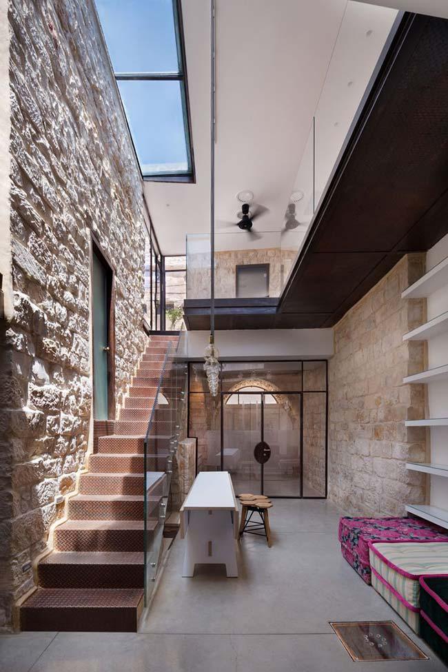 Parece uma casa de vilarejo europeu, mas é só o efeito da pedra decorativa na parede