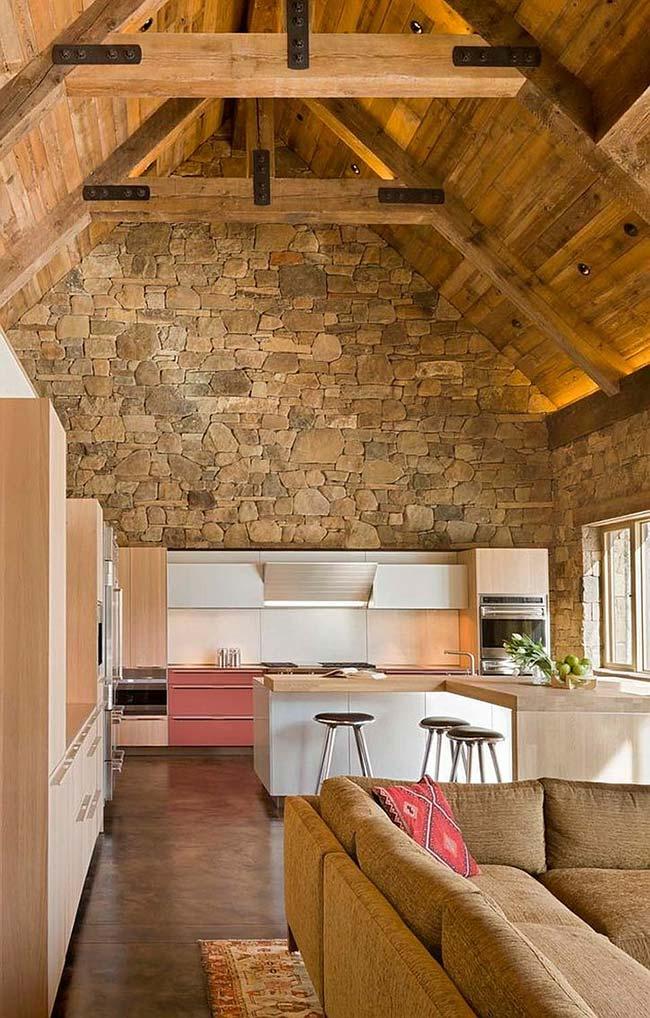 Combinação entre pedras decorativas e madeira