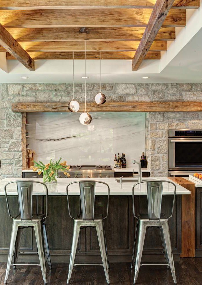 Cozinha com pedras decorativas na parede