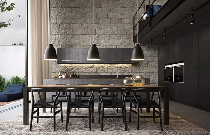 Contraste harmonioso e equilibrado entre as pedras brutas e a decoração preta