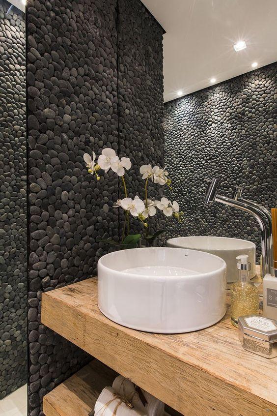 Seixos pretos na decoração de banheiro