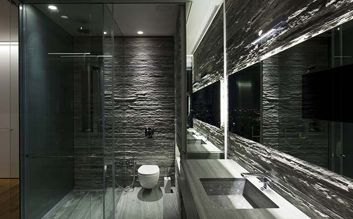 Banheiro cinzento com iluminação especial