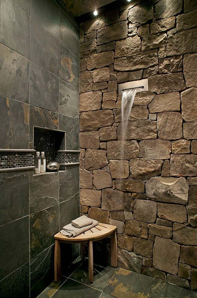 Combinação de pedras decorativas no banheiro