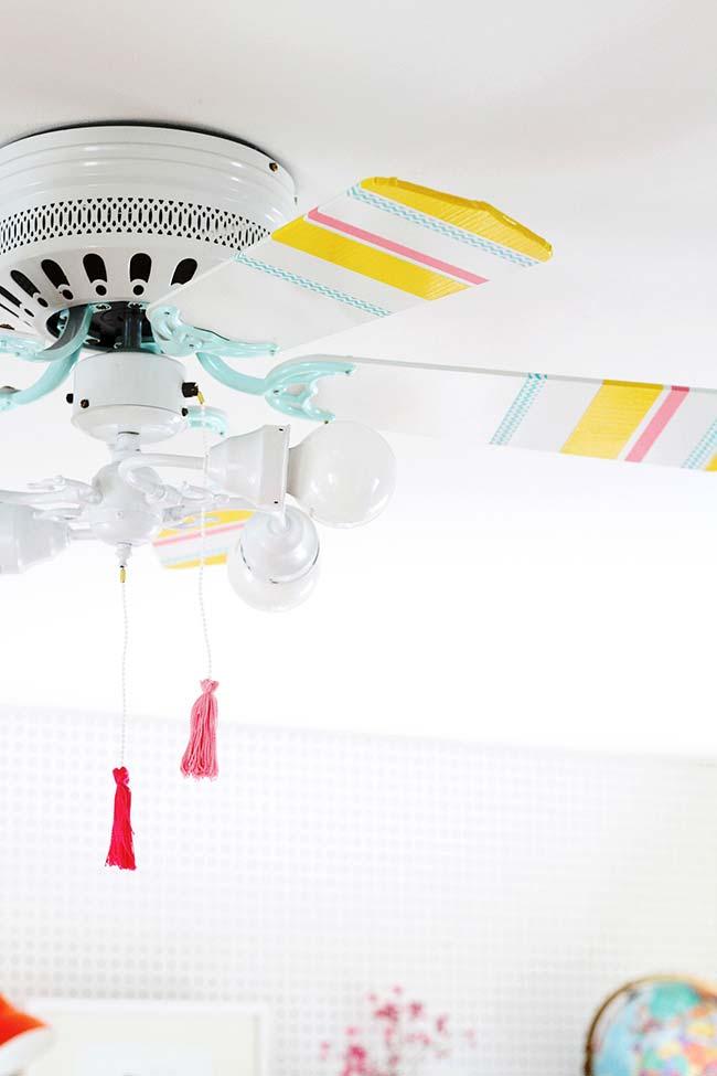 Decoração com fita isolante colorida mudou a cara do simples ventilador de teto branco