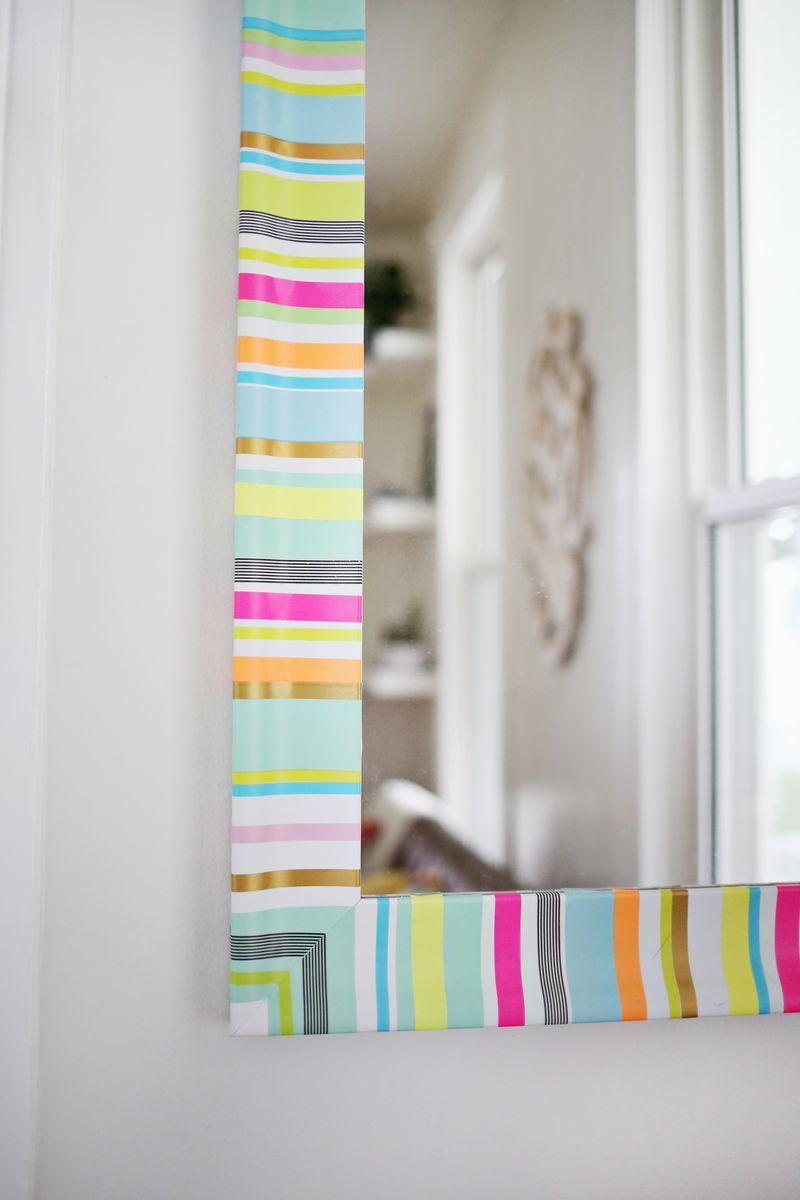Dê uma cara nova para o espelho usando fita isolante colorida