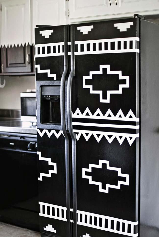 Uma geladeira de estampa étnica e feita sabe com o quê? Fita isolante é claro!