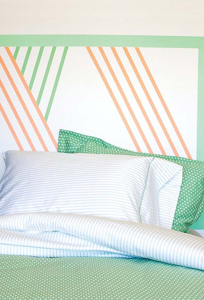 Cabeceira de cama feita com fita isolante colorida