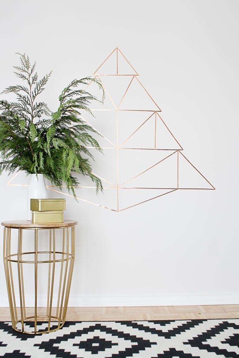 E que tal apostar em uma forma geométrica com efeito 3D na parede? Isso é possível usando fita isolante metálica