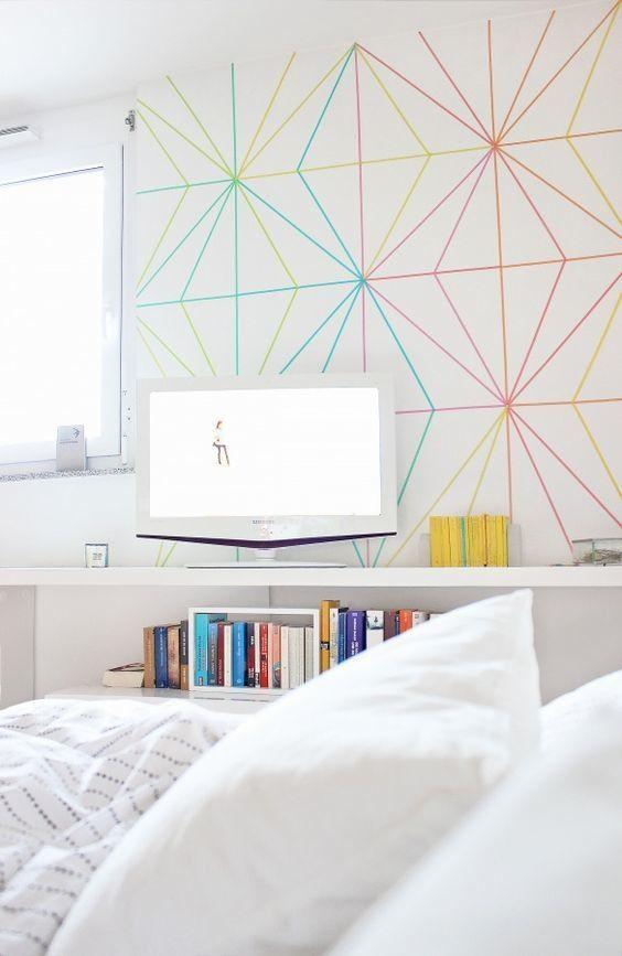 Ilusão de ótica na parede criada a partir de fitas isolantes coloridas