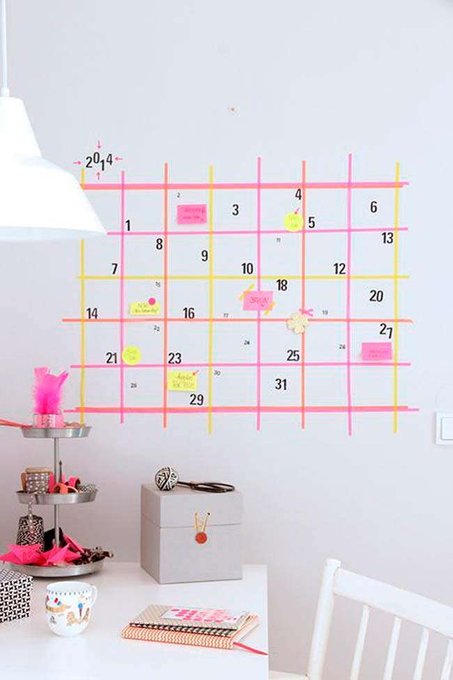Decoração com fita isolante: e para os mais esquecidos, um calendário enorme na parede feito com fita isolante ajuda a lembrar os compromissos do dia