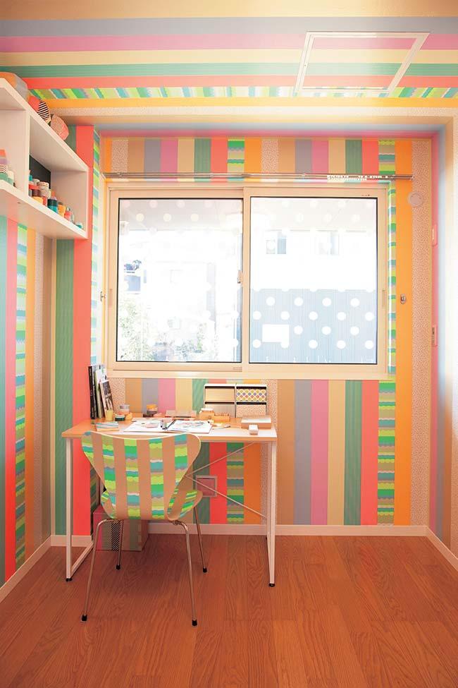 E o que acha de decorar todo, mas todo mesmo, o quarto de decoração com fita isolante colorida?