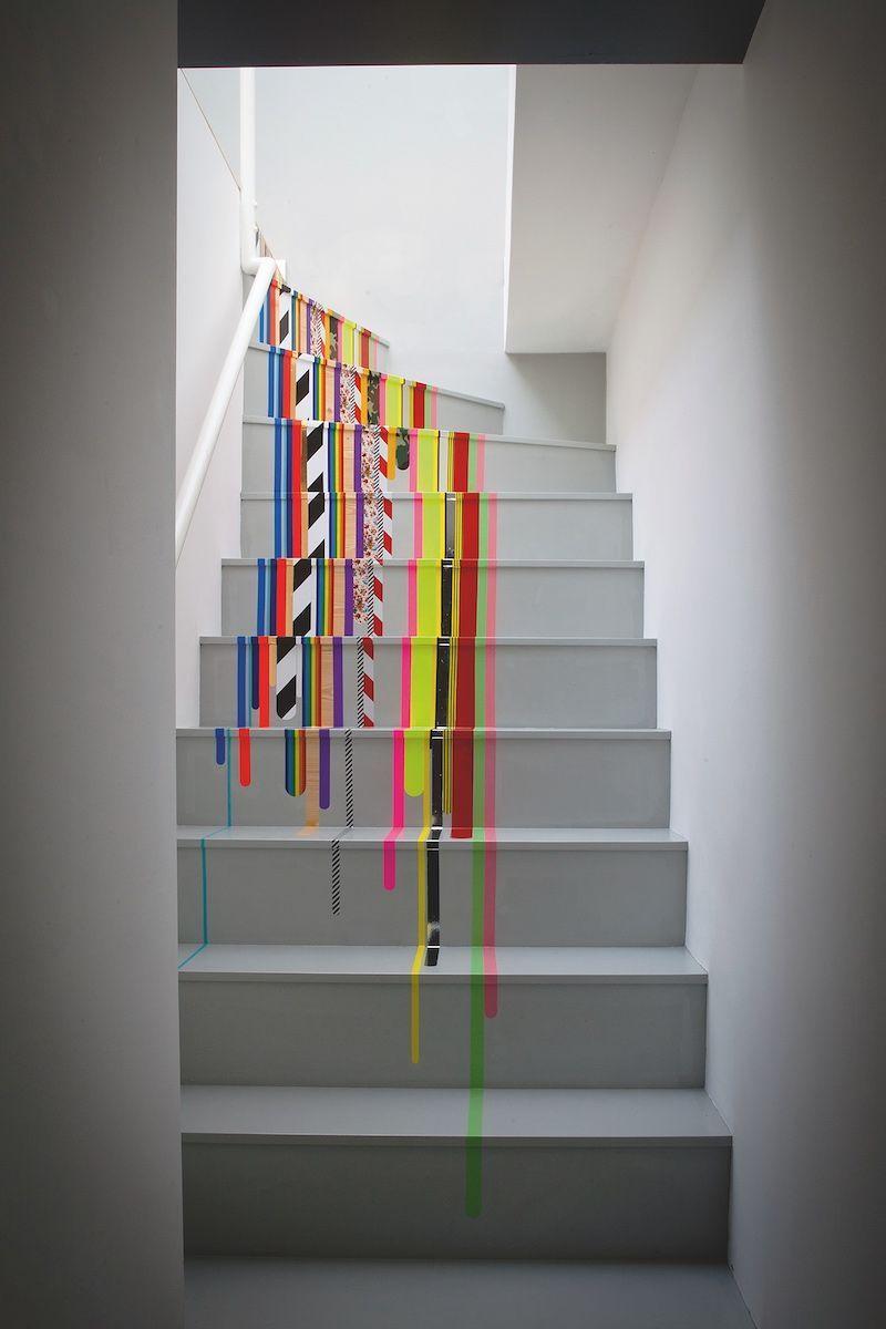 Decoração com fita isolante: parece tinta escorrendo, mas é só fita isolante colorida na escada