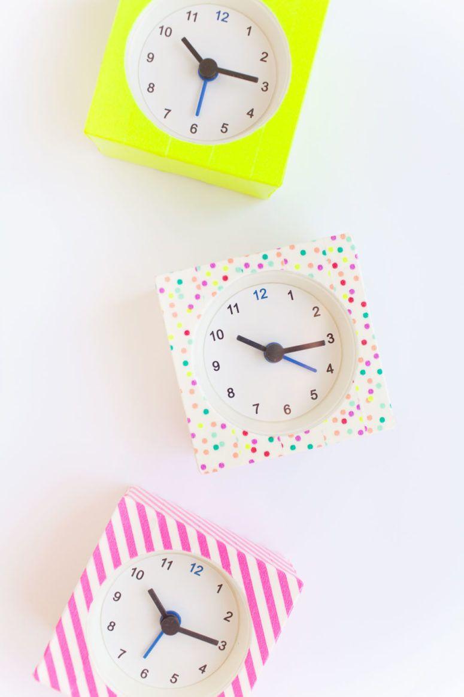 Decoração com fita isolante: relógios de cara nova