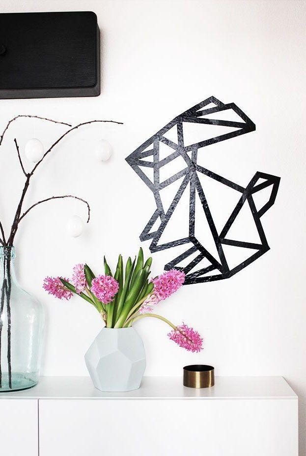 Coelhinho simpático feito com fita isolante ajuda a decorar a parede principal da sala
