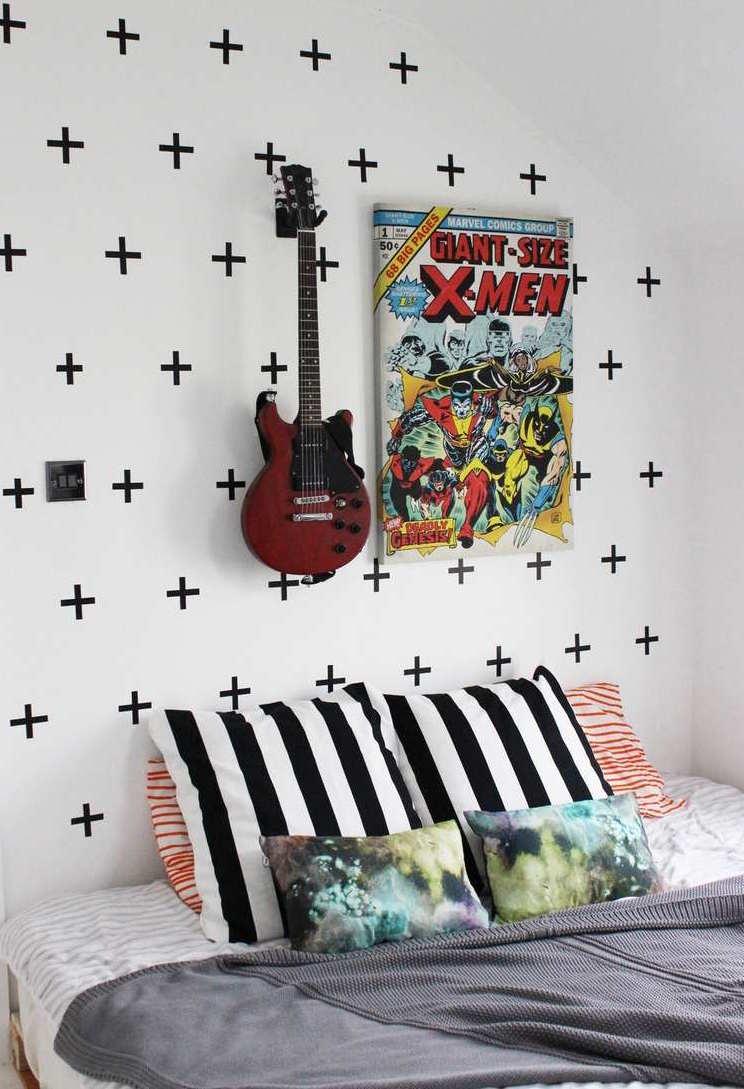 """Sinais de """"mais"""" feitos com fita isolante: ideia simples, moderna e descontraída de decoração"""