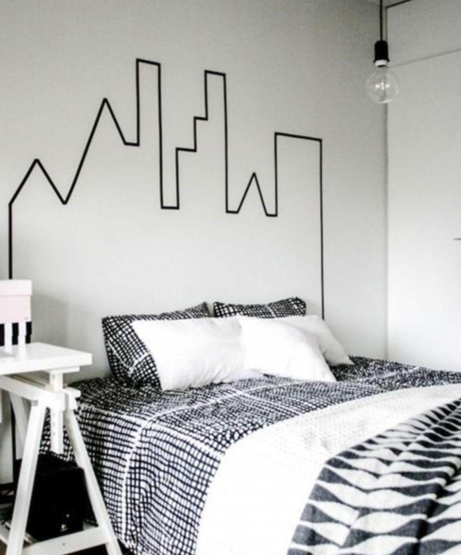 Quarto de decoração moderna combinou muito bem com a cabeceira de cama feita com fita isolante