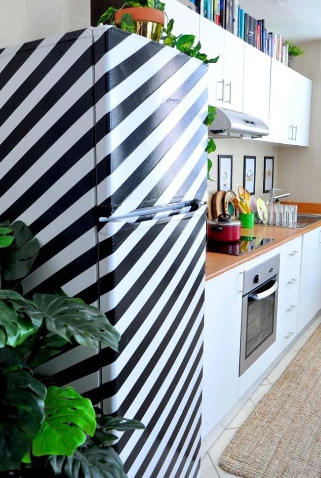 Decoração com fita isolante: geladeira revestida com fita isolante grossa