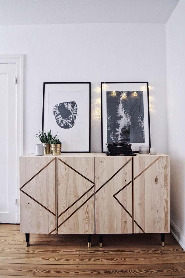 Decoração com fita isolante criou um efeito moderno no armário de madeira
