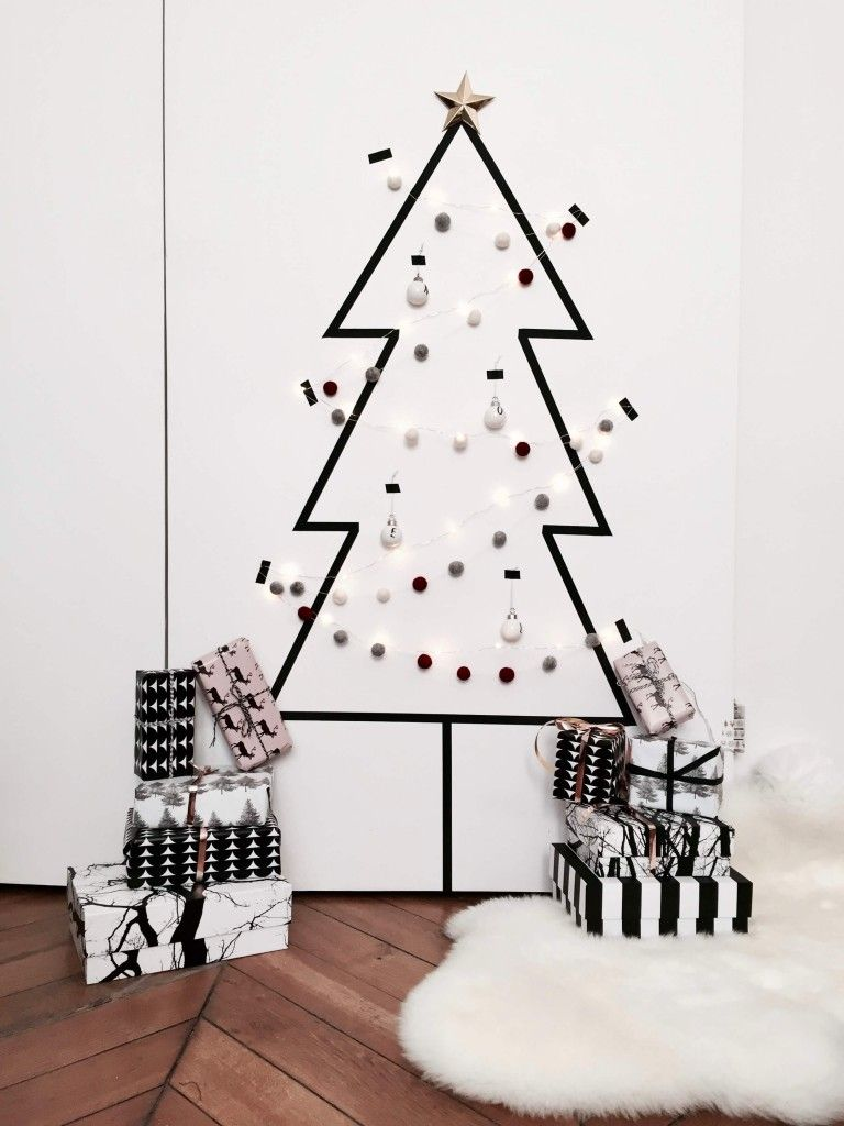 Árvore com decoração de fita isolante