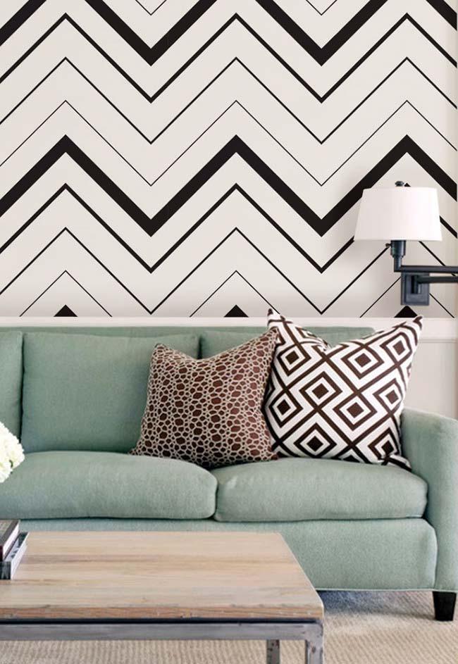 Decoração com fita isolante: estampa do momento, o chevron, feito com fita isolante para decorar a parede da sala de estar