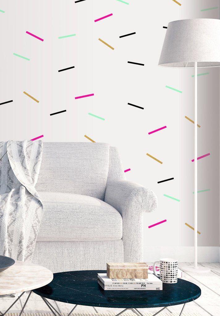Parede com fita isolante dá um toque sutil de cor e movimento para a sala