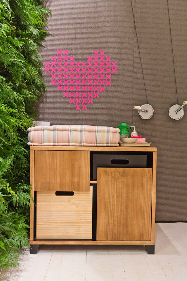 """Vários """"x"""" de fita isolante formam esse coração cor de rosa"""