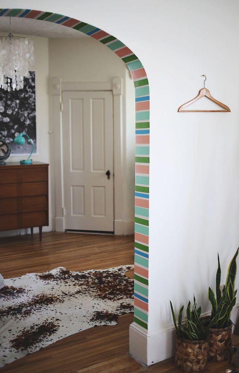 Entre os ambientes, um arco de fita isolante colorida