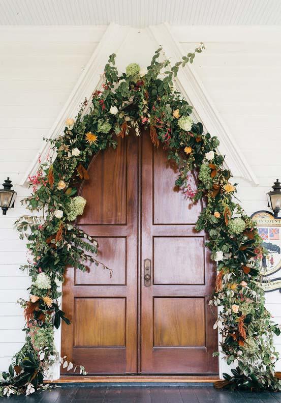 flores do campo decoram a entrada da igreja