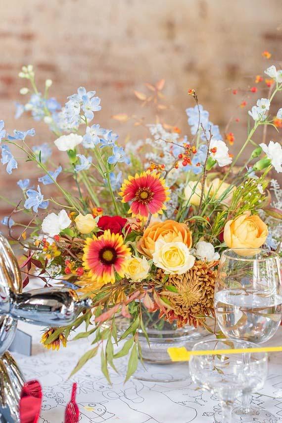 Arranjo rústico e descontraído de gérberas enfeita essa mesa de casamento