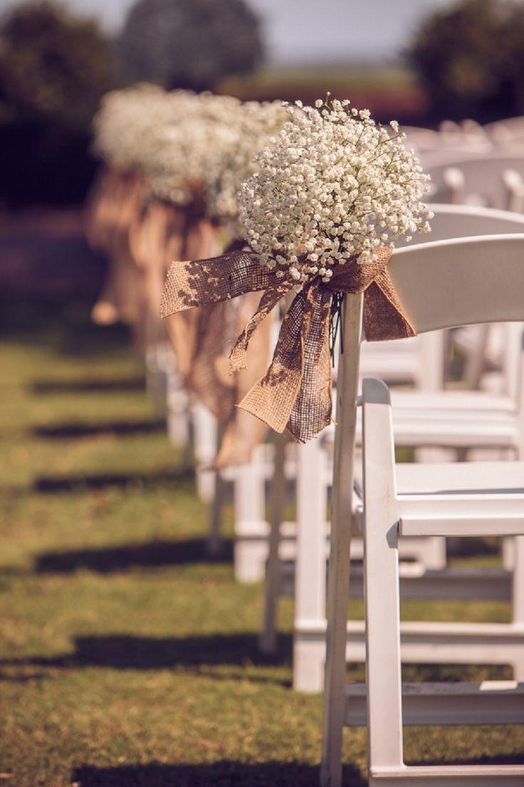 Buquês de gispsofila amarrados com fitas de juta decoram o caminho da noiva até o altar