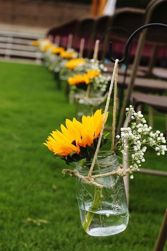Flores para casamento: girassol e gispsofila conduzem até o altar