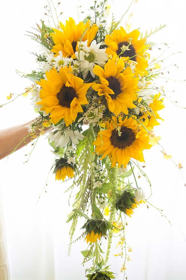 Buquê de noiva alegre e colorido de girassóis e margaridas