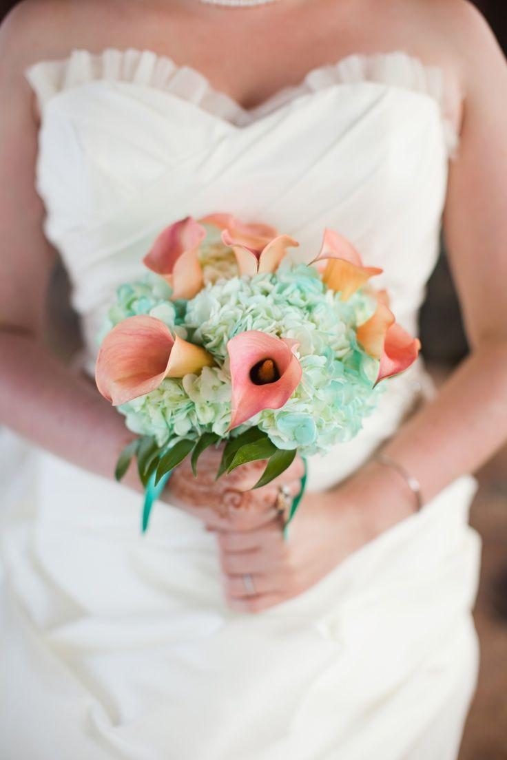 Flores para casamento: copos de leite desse buquê possuem uma leve coloração rosa
