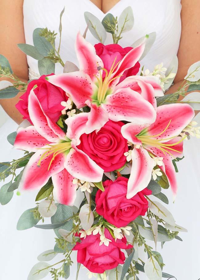 Flores para casamento: um belo e contrastante buquê de lírios e rosas vermelhas