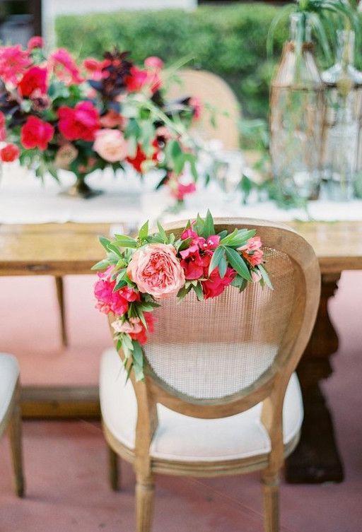 Para enfeitar a cadeira dos noivos, um mini arranjo de lírios