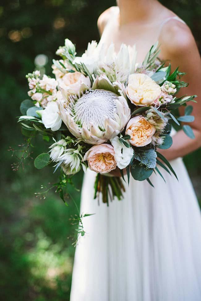 O buquê da noiva também pode entrar na proposta e ser feito com lisianthus