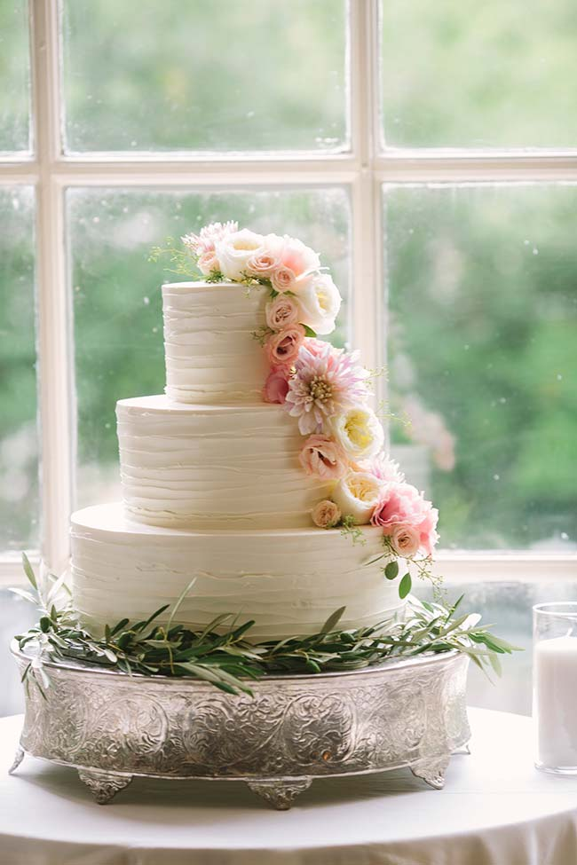 Flores para casamento: a delicadeza das flores de lisianthus para decorar o bolo