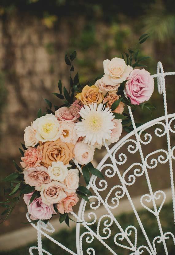 Decoração de casamento ao ar livre com flores variadas, entre elas a margarida