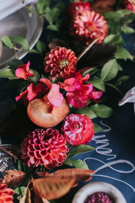 Flores para casamento: crisântemos vermelhos decorando as mesas dos convidados