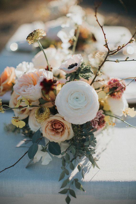 Casamento ao ar livre decorado com flores de peônias